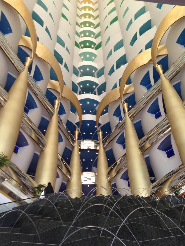 Interior do Burj Al Arab em Dubai, Emirados Árabes.