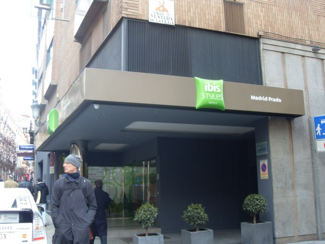 Fachada do Ibis Styles Madrid Prado no centro de Madri